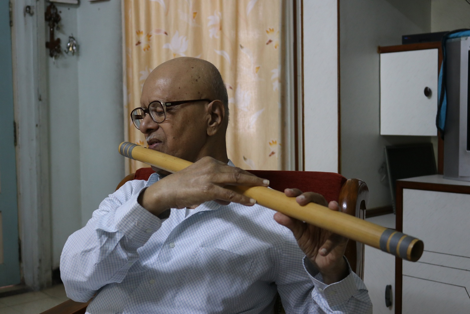 75-year-old visually-impaired artist plays flute & draws sketches